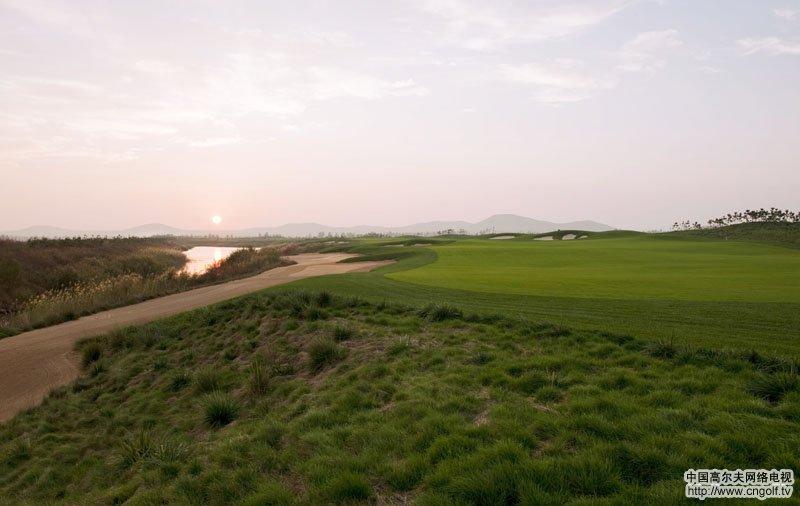 tee台上都要认 真选择自己的击球策略,创造出一个独特和美妙的高尔夫